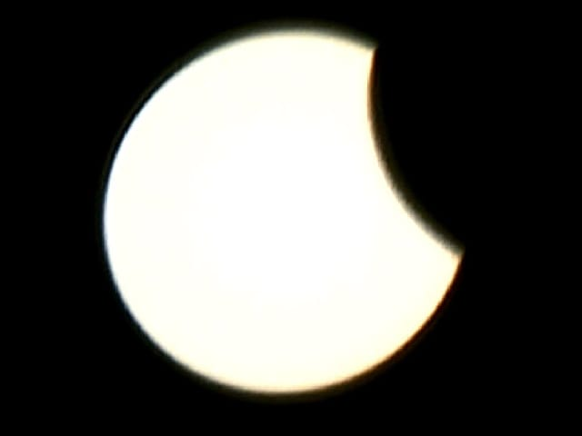 Mond schiebt sich langsam von rechts vor die Sonne.