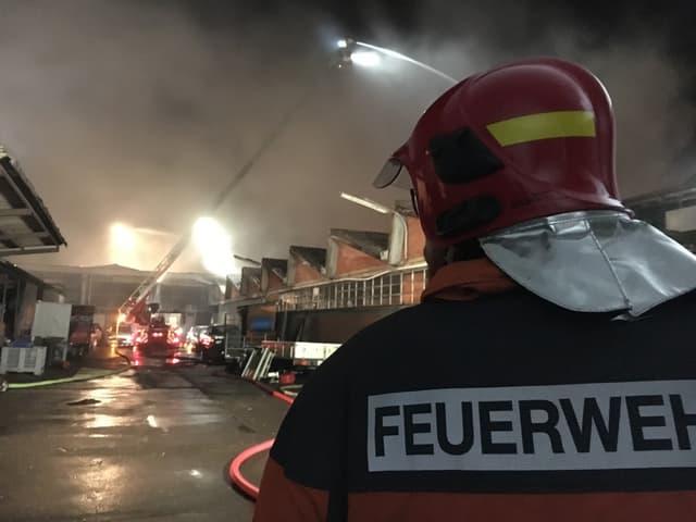 Feuerwehrmann schaut auf Schadensplatz.