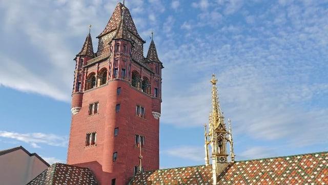 Dach des Basler rathauses: Farbige Ziegel, ein roter Turm und ein Türmchen