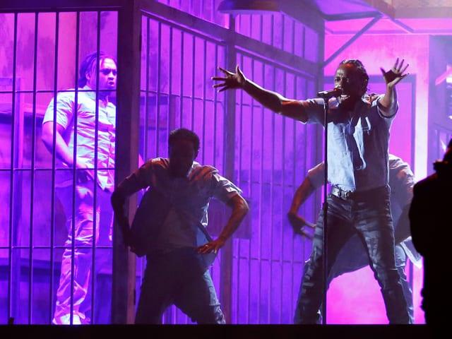 Kendrick Lamar und Tänzer auf der Bühne.