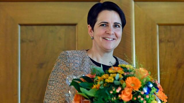 Yvonne Bürgin mit Blumenstrauss