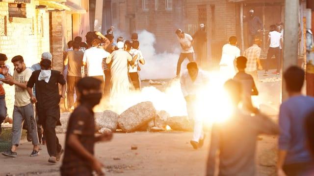 Feuer und Steine auf den Strassen Kaschmirs