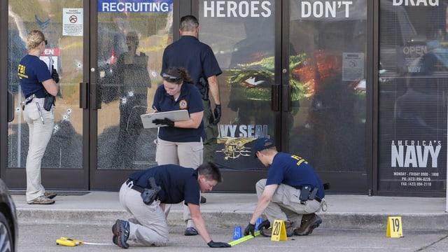 La polizia federala americana segirescha fastizs suenter l'attatga mortala en la citad da Chattanooga.