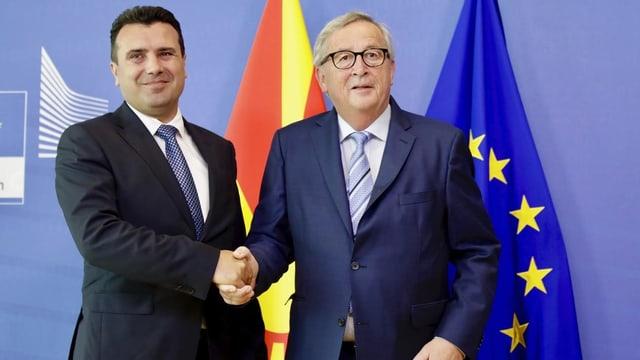 Zaev und Juncker schütteln sich die Hand