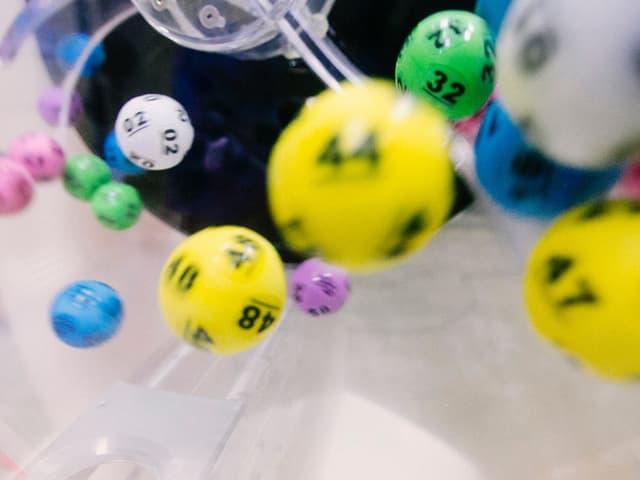 Lottokugeln bei der Ziehung.