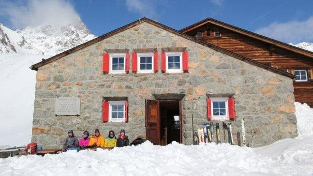 Chamanna d'Es-cha cun skiunzs avant porta