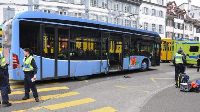 Bus mit eingeschlagener Scheibe, Sanität und Polizei vor Ort