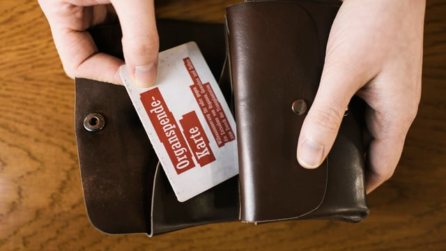 Eine Organspende-Karte in einer Brieftasche