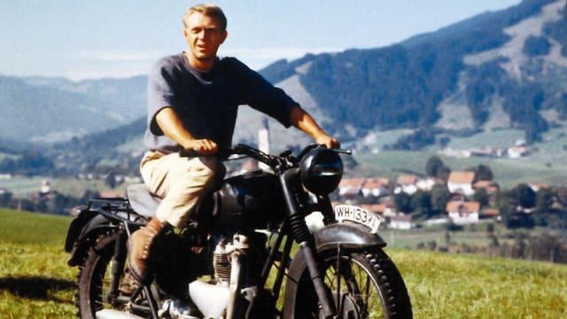 Steve McQueen auf einem Motorrad