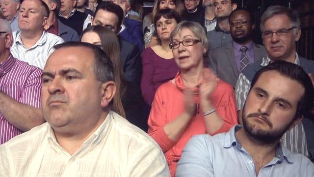 Ein Talkshow-Publikum, im Vordergrund zwei gelangweilte Männer.