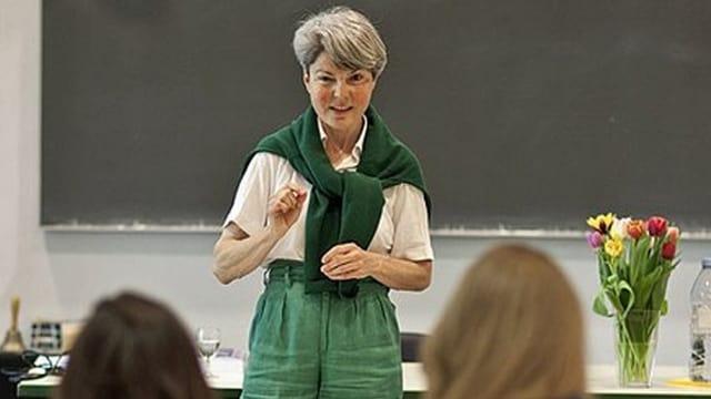 Tobler steht vor ihren Studenten während einer Vorlesung.