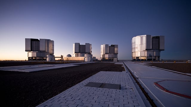 Vier Teleskope in der Abenddämmerung