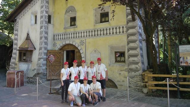 Ils organisaturs dal Chalandamarz poseschan davant la chasa dal Uorsin da la stgella en l'Europa-Park.