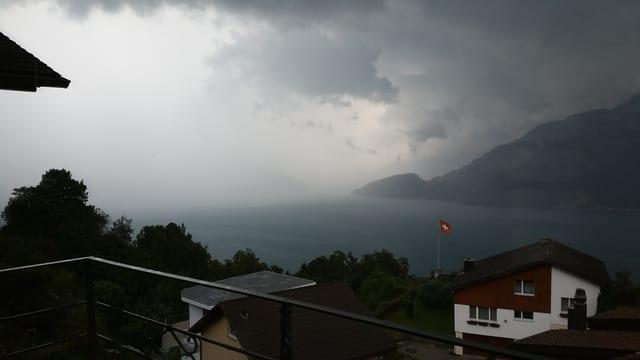 Regenwand über dem Vierwaldstättersee.