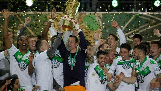 Die Wolfsburger zelebrieren den ersten Pokal-Titel für den Klub.
