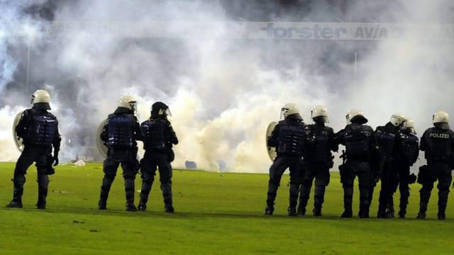 Polizisten bei Fussballauschreitungen