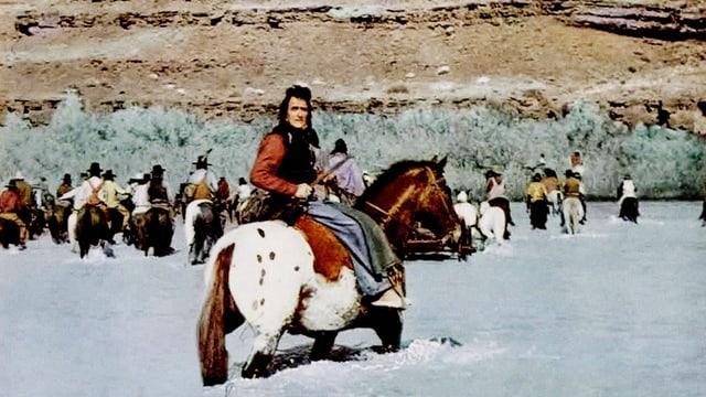 Indianer durchqueren einen Fluss.