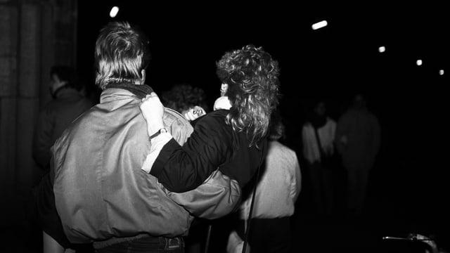 Aufnahme eines Paares in Berlin kurz nach dem Mauerfall 1989.