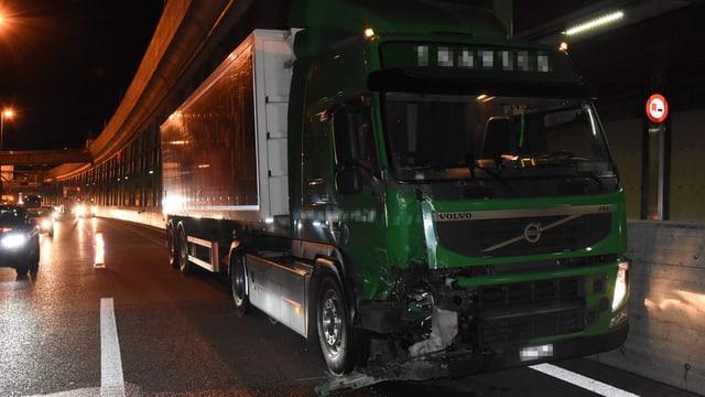 Lastwagen nach der Kollision auf der Stadtautobahn.