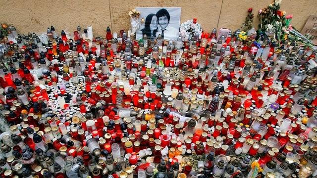 Kerzen an Gedenkstätte für den ermordeten Kuciak und seine Freundin