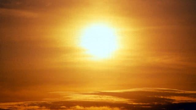 Untergehende Sonne hinter Schleierwolken