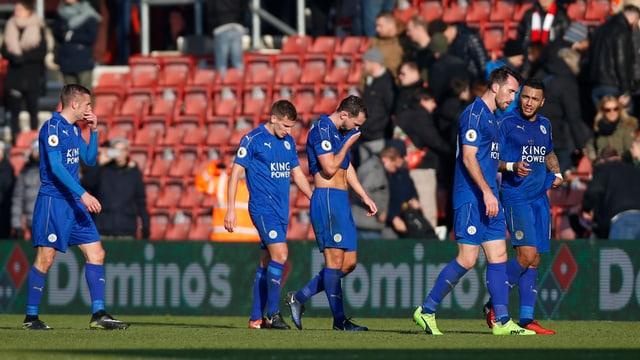 Die Leicester-Spieler trotten ernüchtert vom Feld.