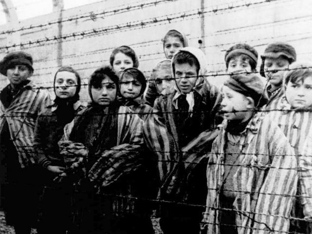 Uffants en il camp da concentraziun Auschwitz.