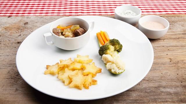Sennentopf mit zwei verschiedenen Saucen, Edelweisskartoffeln und Gartengemüse auf einem runden, weissen Teller.