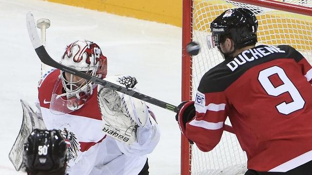 Il canadais Matt Duchene vid sajettar in gol encunter il goli austriac Bernhard Starkbaum.