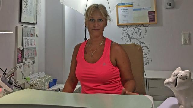 Petra Getrey sitzt in ihrem Nagelstudio.