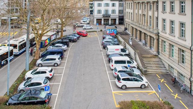 Der untere Postplatz in Zug mit den Parkfeldern.