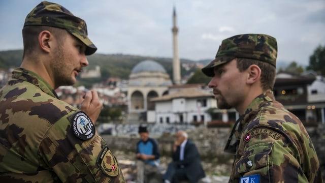 Zwei Soldaten im Gespräch