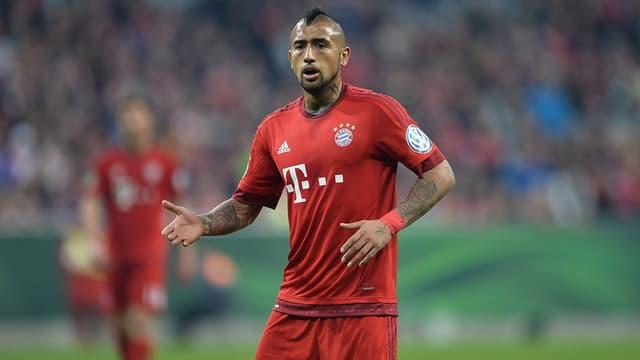 Bayern-Spieler Arturo Vidal fordert den Ball.