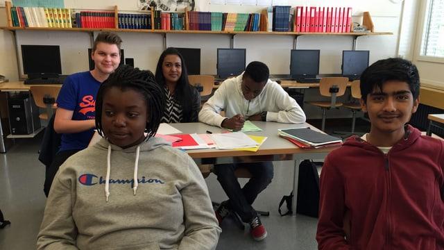 Schulzimmer mit 5 Schülerinnen und Schülern