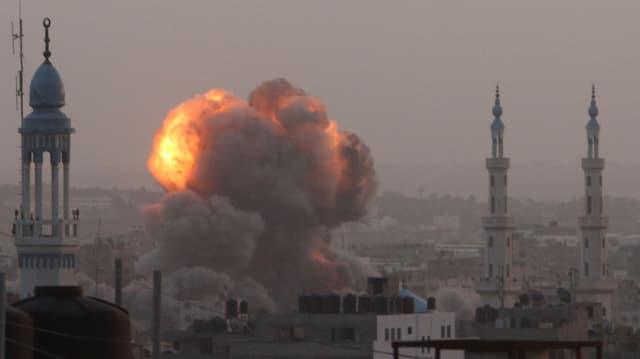 Flammen von einer Explosion zwischen Minarett-Türmen.