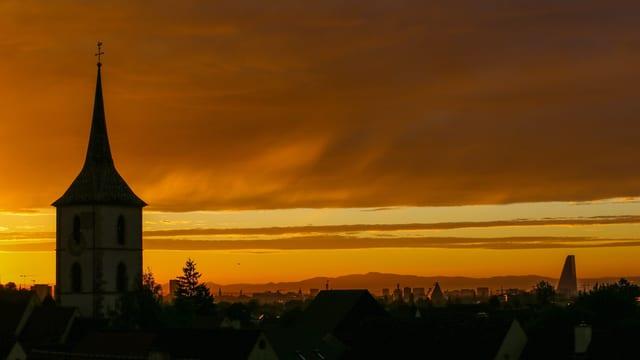 Kirchturm mit gelbem Himmel