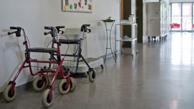 Rollatorstau im Krankenhausflur.
