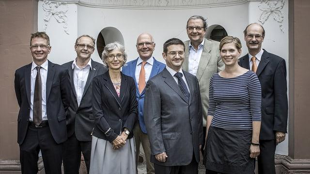 Der wiedergewählte Basler Bürgerrat, von links nach rechts: Daniel Müller (Bürgerratsschreiber), Lucas Gerig (GLP), Gabriella Matefi (SP), Lukas Faesch (LDP), Patrick Hafner (SVP), Leonhard Burckhardt (SP), Fabienne Beyerle (FDP), Stefan Wehrle (CVP)