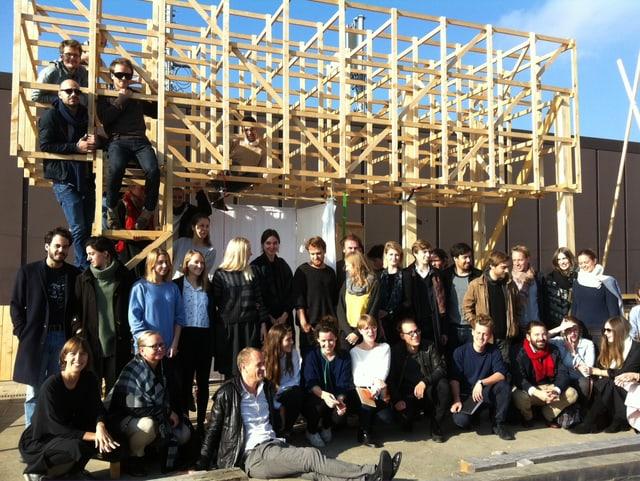 30 Studenten vor einem Holz-Modell