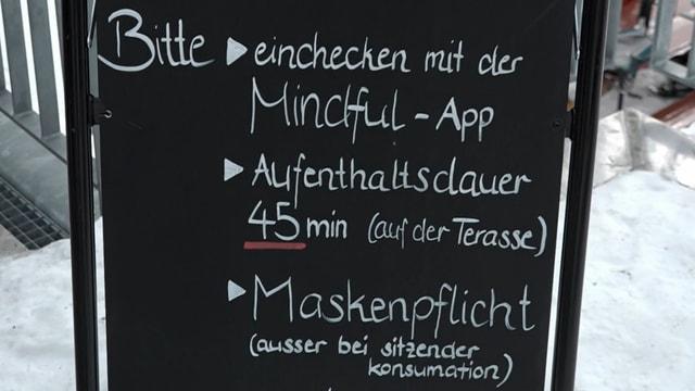 Tafel mit den Regeln für den Aufenthalt auf der Terrasse in der Melchsee-Frutt