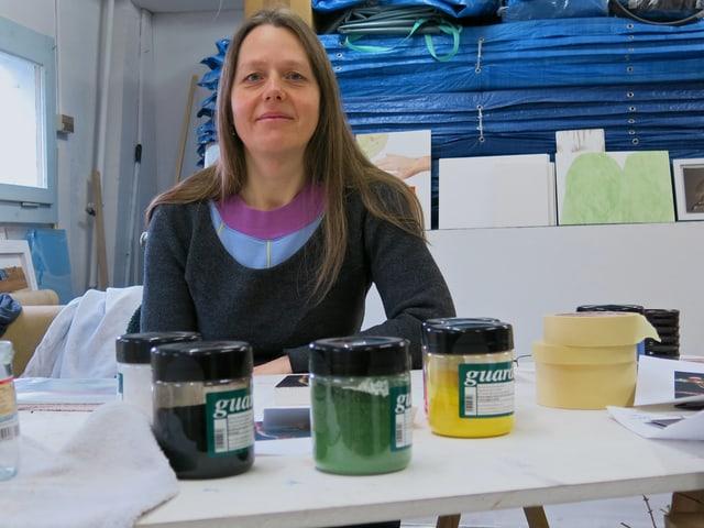 Die Künstlerin Sylvia Hostettler in ihrem Atelier