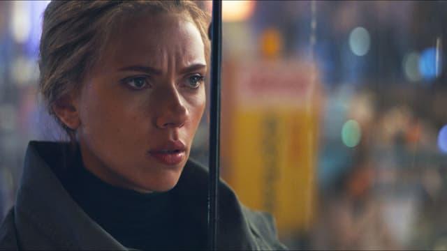 Filmszene: Nahaufnahme einer Frau im Regen.