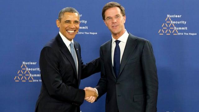 Barack Obama schüttelt Mark Rutte die Hand.