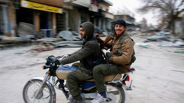 YPG-Kämpfer in der zerstörten syrischen Stadt Kobane im Januar 2015