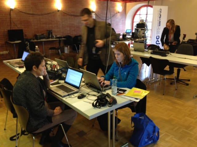Drei RedaktorInnen sitzen vor Computern an einem Tisch.