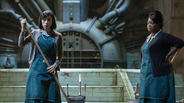 Zwei Frauen am Putzen.
