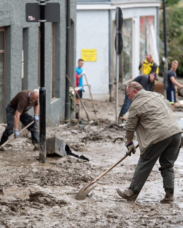 La populaziun è cunfrontada cun grondas lavurs da rumida - qua in maletg da Simbach.