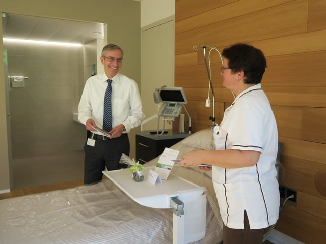 Mann und Frau in einem Spitalzimmer
