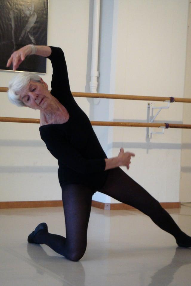 Elsbeth Oberer-Gmür macht eine Ballettfigur