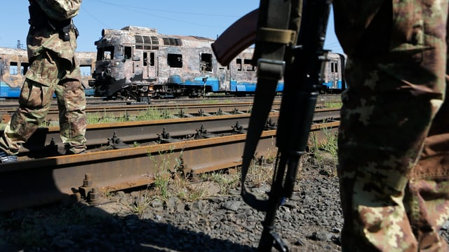 Zerstörte Bahnwaggons am Bahnhof der ostukrainischen Stadt Ilowaysk.